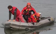 60enne si getta nel Po. I pompieri riescono a salvarla