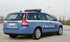 Polizia intercetta l'auto dei ladri <br/> scatta l'inseguimento ad alta velocità