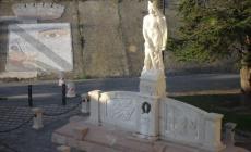 """Gli """"Amici della piazza"""" puliscono <br/> la statua dedicata ai Caduti"""