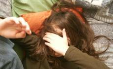 Padre maltratta la figlia di 4 anni <br/> scoperto grazie alle videoriprese