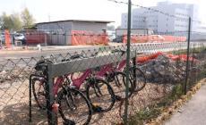 Il bike sharing finisce in gabbia<br/> il cantiere blinda lo stallo delle bici