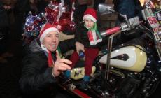 Babbo Natale arriva in moto <br/> e regala dolci e caramelle
