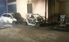 Bruciano tre auto sotto casa <br/> c'è l'ombra di un'intimidazione