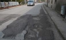 Strade costellate di buche <br/> in comune asfalto finito