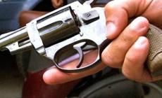 Mette in fuga i ladri sparando <br/> ora potrebbe finire nei guai