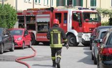 Magazzino in fiamme a Rovigo, paura per gas e amianto