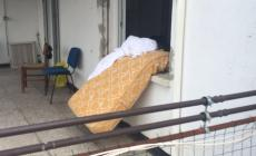 Dei profughi dormono in una terrazza sul Corso del Popolo