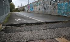 """L'asfalto cede, e la pista ciclabile diventa una """"trappola"""""""