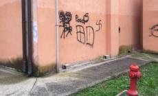 Ficarolo, i vandali sporcano i muri di ogni edificio pubblico