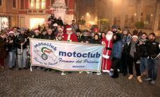 Babbo Natale porta i doni in sella alla moto