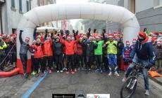 Il freddo non ferma la corsa di oltre 500 Babbi Natale