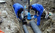 Si rompe un tubo dell'acqua, strada a rischio collasso