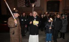Fiaccolata per la pace, un centinaio i fedeli in marcia