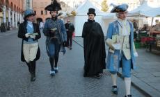 I teatranti in costume invadono la piazza