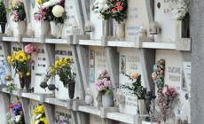 Cimitero al buio, non tutti si fidano a visitare le tombe dei propri cari