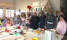 Il vescovo in visita al laboratorio di ceramica