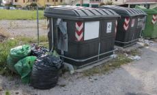 Abbandona un sacchetto di rifiuti: 500 euro di multa