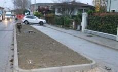 Con l'auto (contromano) sulla ciclabile di via Fuà Fusinato