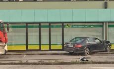 Auto abbatte recinzione e si schianta contro il discount