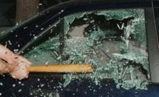 Lascia il borsello sul sedile, il ladro fracassa il finestrino e lo ruba