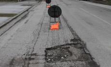 Le strade in città: buche con un po' di asfalto intorno