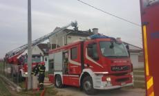 Incendio su un tetto, tre famiglie evacuate