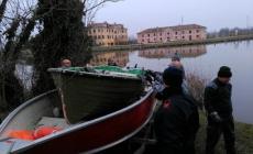 Pesca di frodo, sequestrati 700 metri di reti e una barca lungo l'Adigetto