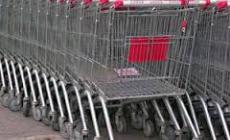 Chiedeva gli spiccioli fuori dal supermercato, nei guai un giovane polesano