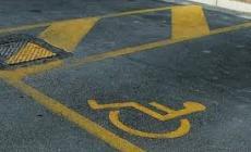 Ruba il posto al disabile, su una Porsche pignorata. In questura