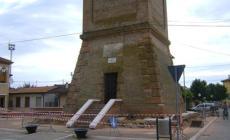 I teppisti imbrattano il campanile, scritte e simboli sul basamento