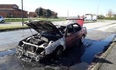 Villanova del Ghebbo, auto in fiamme lungo la statale