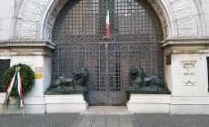 Vietato sedersi sui leoni, scatta la protesta ironica degli adriesi