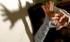 Litiga con la convivente e la prende a mazzate, arrestato un 55enne