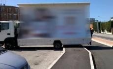 """Il premio """"parcheggio dell'anno"""" al camion pubblicitario"""