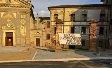 Striscione di protesta contro i lavori nella piazza di Salvaterra