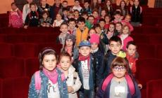 I bambini riempiono il teatro Sociale