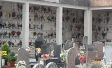 Visita la tomba dei genitori e la trova sfregiata