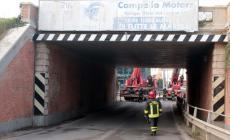 Calcinacci giù dal ponte Marabin, arrivano i pompieri