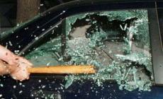 Teppisti scatenati contro le auto in sosta, la baby gang colpisce ancora
