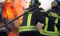 Piromane in azione: incendia 2 auto, suona il campanello e scappa