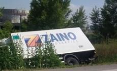 Il camion va fuori strada, il conducente se la cava senza un graffio