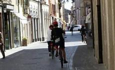 Le biciclette scorrazzano in corso