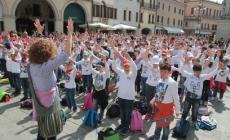 La marcia della pace mano nella mano per le strade della città