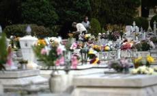 Predoni in cimitero, dalle tombe spariscono vasi e statue