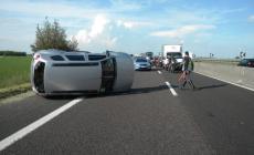 L'auto si schianta e si ribalta, conducente salvato dalla cintura