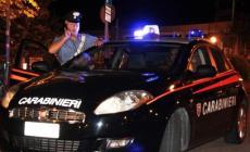 Ubriaco a bordo strada, morde un carabiniere che lo stava aiutando