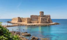 La fortezza circondata dalle onde, sospesa tra realtà e leggenda