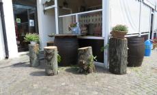 """I tronchi dei tigli """"riciclati"""" ai tavoli dei bar"""