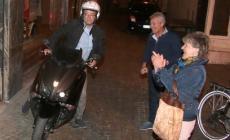 Bobo si schianta con lo scooter, botta al ginocchio e gita rimandata