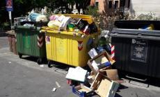 I bidoni del centro città traboccano di immondizia